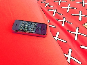 Imagen tratada de un iPhone sobre la cama