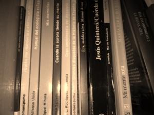 Imagen tratada de unos libros en una estantería