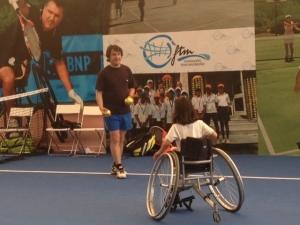 niña en silla de ruedas jugando al tenis