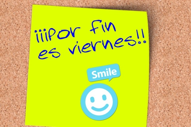 Post -it en el que dice:por fin es viernes. Smile