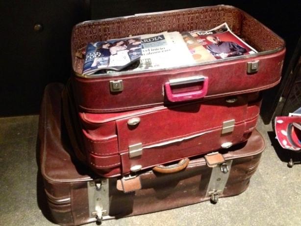 Foto de maletas apiladas que hacen de revisteros