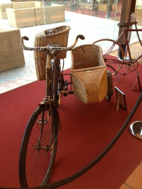 Bici antigua con sidécar de mimbre
