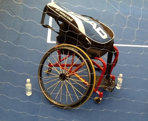 Silla de ruedas de competición de tenis con funda de raquetas